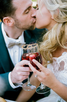 Kissing couple with cocktails