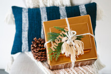 Modern gold holiday gift wrap ideas