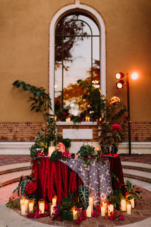 dramatic candlelit sweetheart table