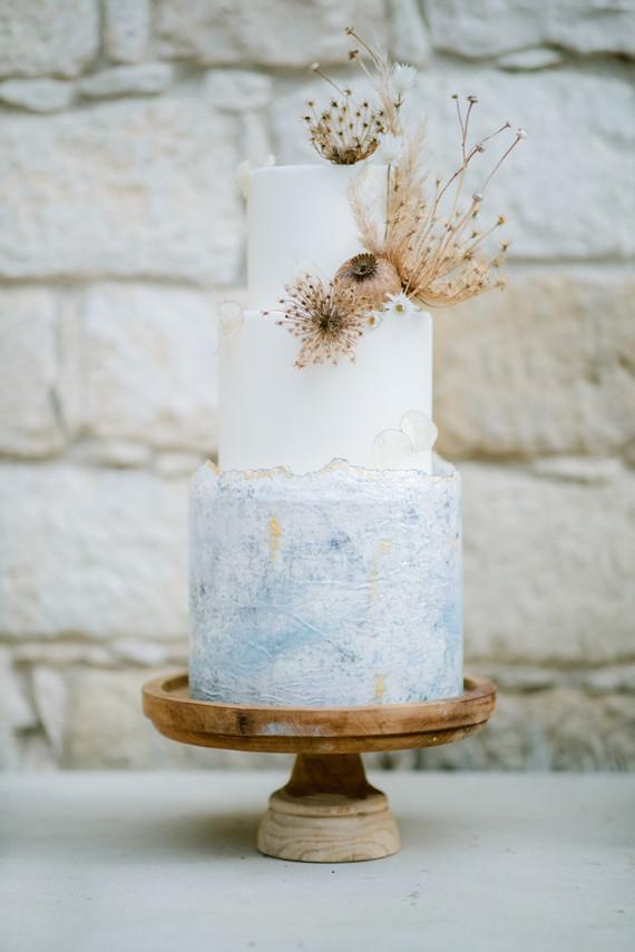 boho wedding cake with dried flower decor